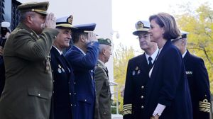 La nueva ministra de Defensa, Dolores de Cospedal, en su reunión con el mando de operaciones.