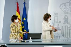 La vicepresidenta primera, Carmen Calvo, y la portavoz del Gobierno, María Jesús Montero, llegan a la rueda de prensa posterior al Consejo de Ministros de este 4 de mayo de 2021 en la Moncloa.