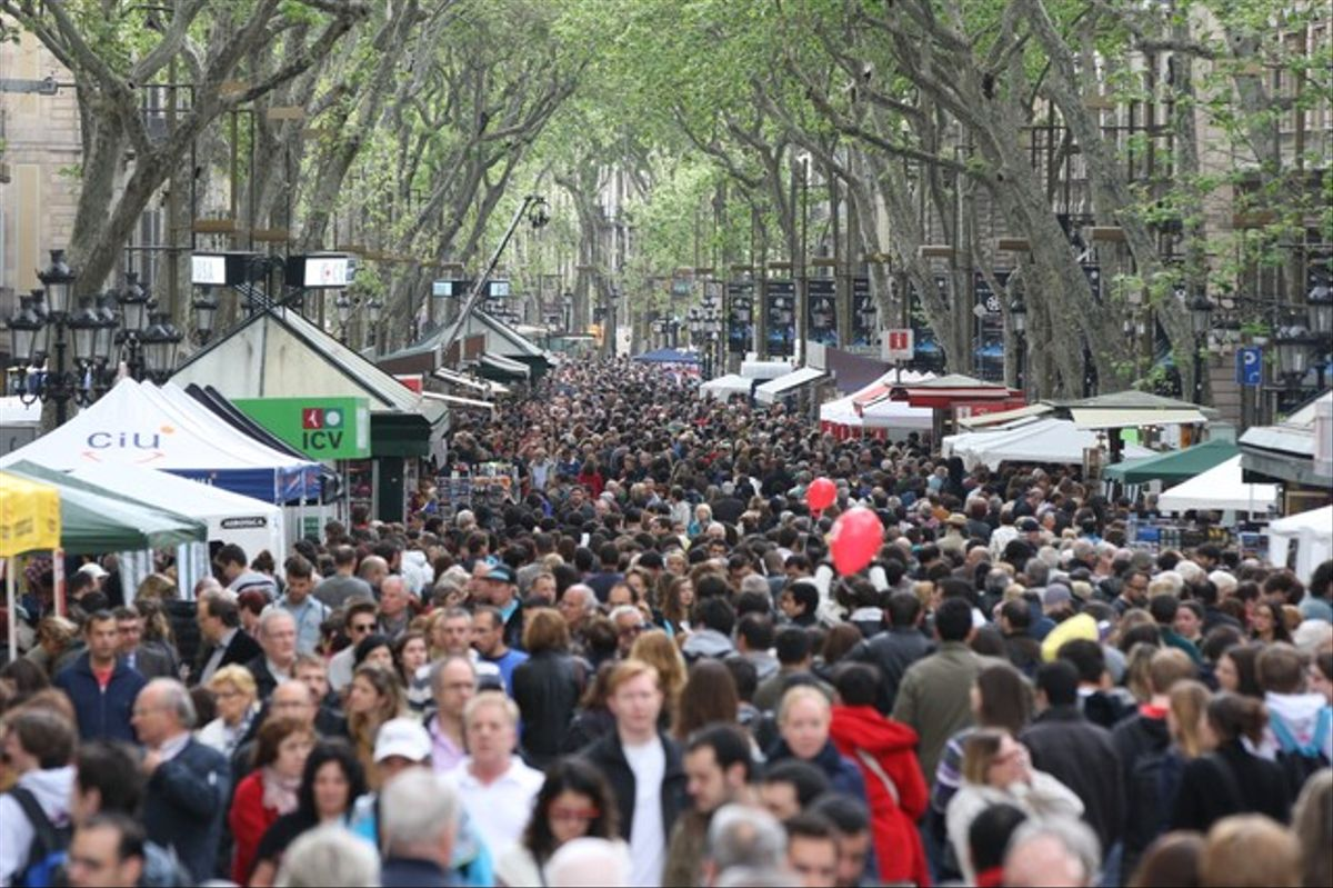 La Rambla de Barcelona, este lunes, muy concurrida con motivo de la diada de Sant Jordi.