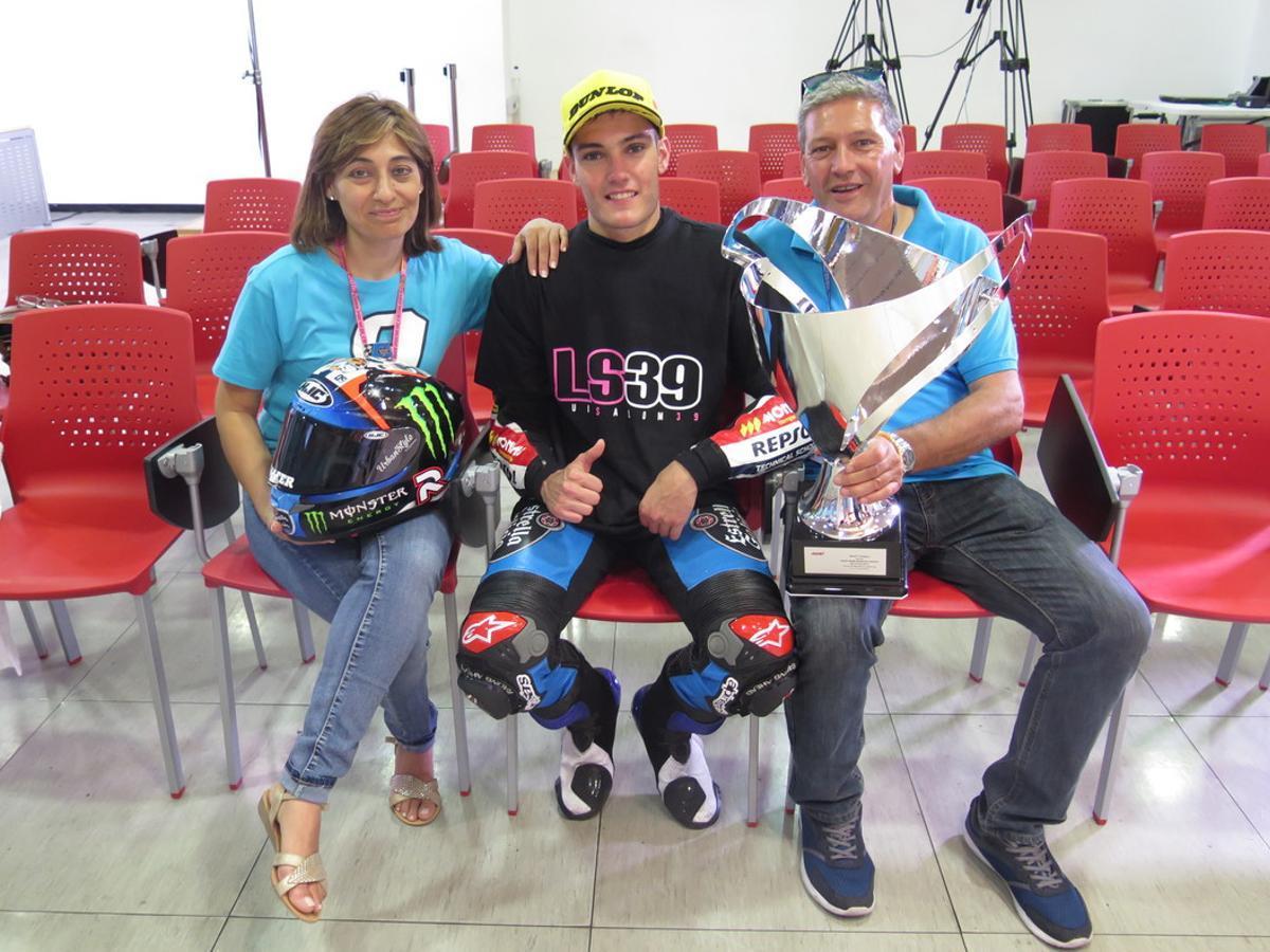 Adela y Paco, padres de Jorge Navarro, rodean al ganador de Moto3.