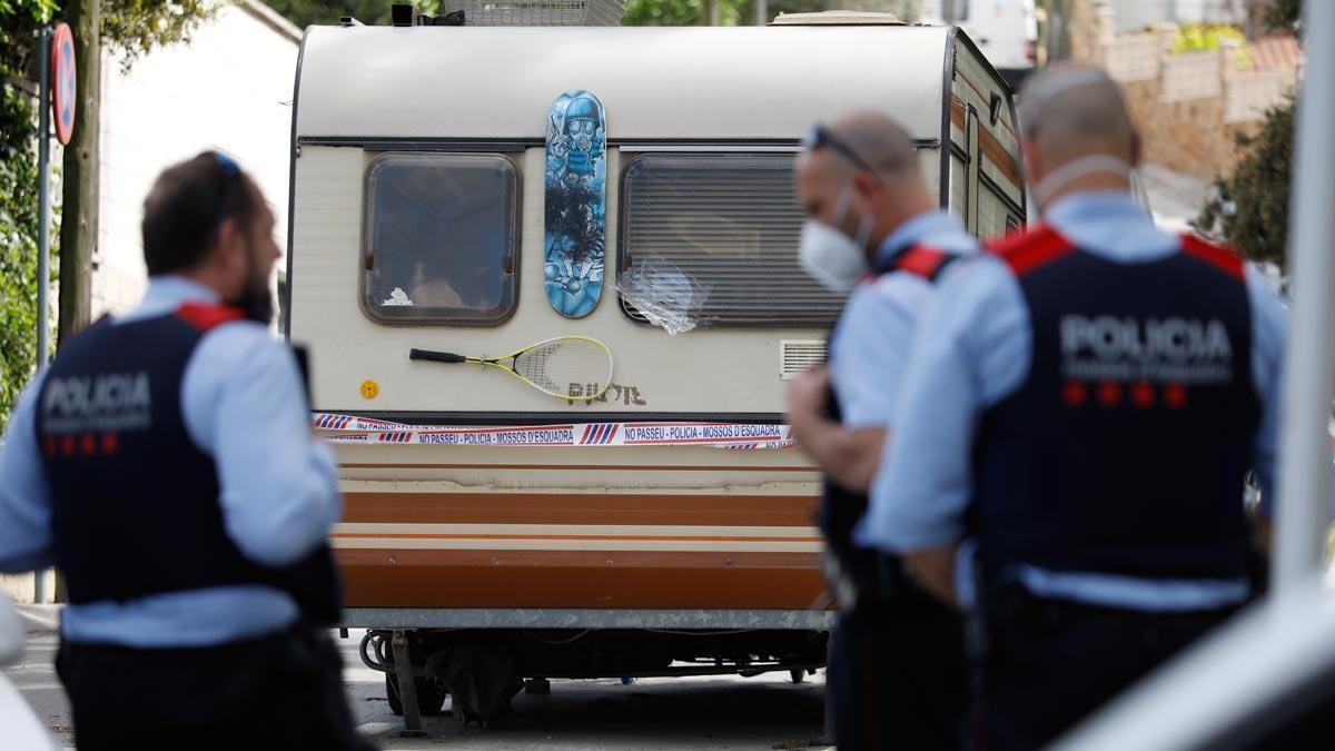 Los Mossos informan de los asesinatos a personas sin hogar en Barcelona. En la foto, la caravana en la que residía el presunto autor de los crímenes en Sant Cugat.