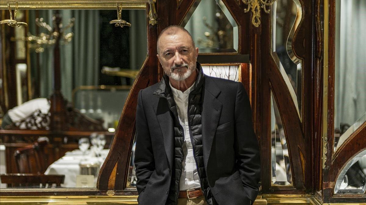 Arturo Pérez-Reverte, el pasado lunes en París, donde transcurre 'Sabotaje', tercera entrega de la serie 'Falcó'.