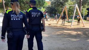 Agentes de la Urbana, en un parque infantil.