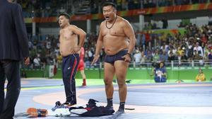 Elentrenador del luchador Mandakhnaran Ganzorig se desnuda en protesta por la descalificación de su pupilo.