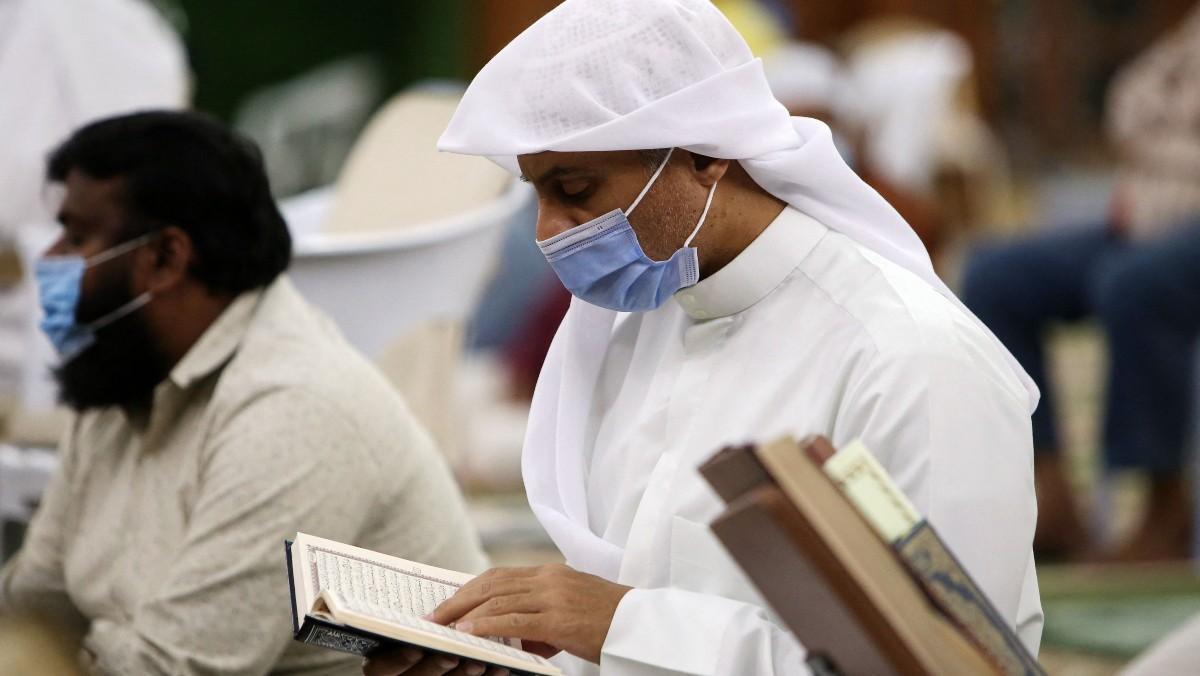 Persona orando durante el Ramadán.