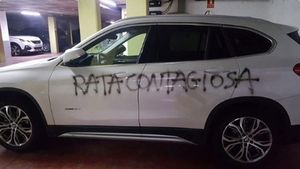 Pintada en el coche de una doctora en Barcelona en plena pandemia: Rata contagiosa.