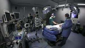 Un equipo médico prepara un quirófano antes de una intervención