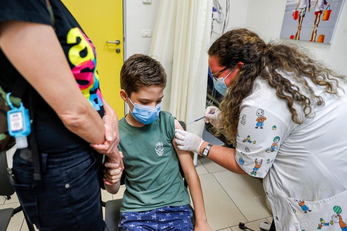 Un niño israelí recibe una dosis de la vacuna Pfizer/BioNTech en la ciudad de Holon, cerca de Tel Aviv.