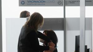 Una sanitaria administra la primera dosis de la vacuna AstraZeneca en Santiago de Compostela, este jueves.
