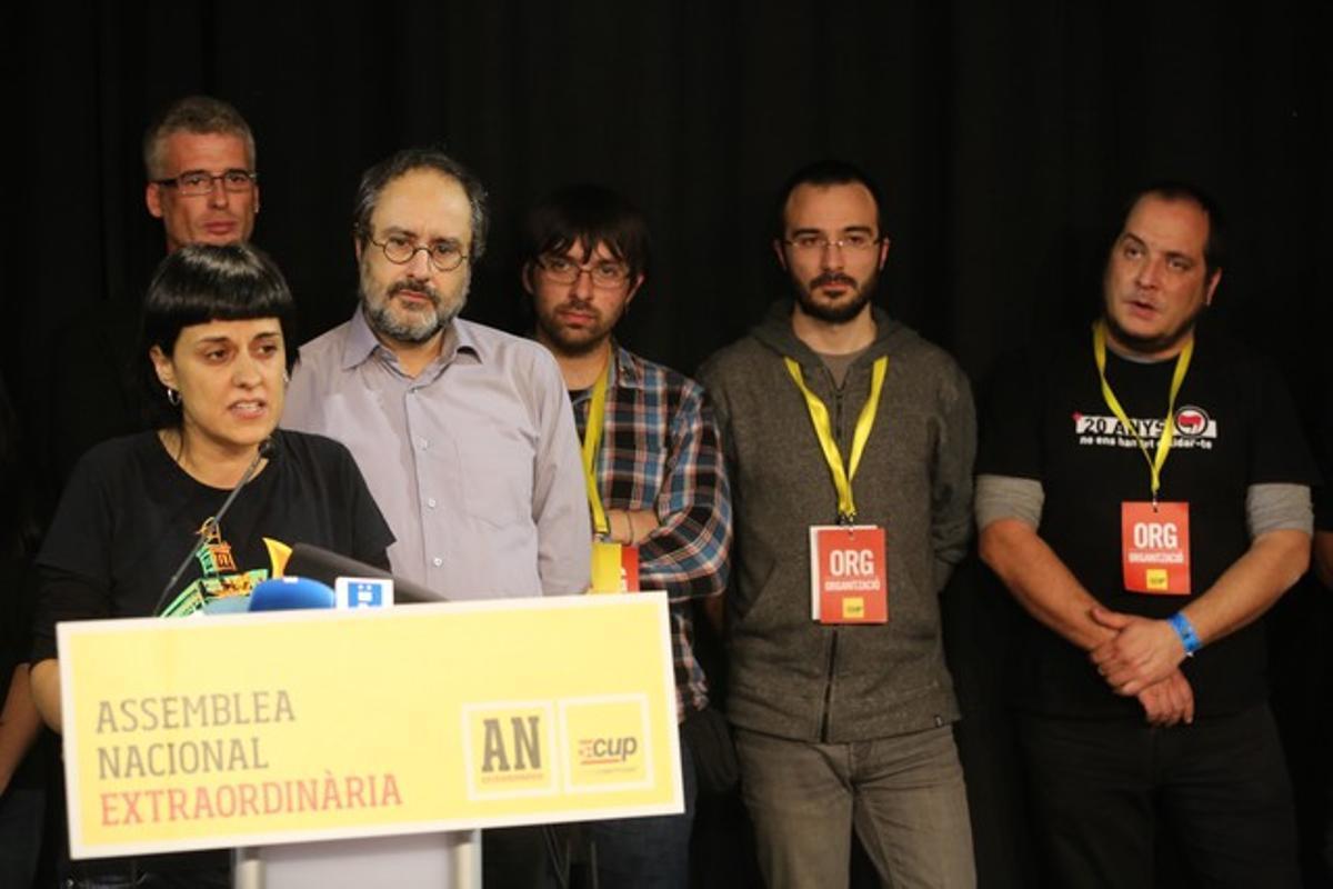 Anna Gabriel, rodeada por la cúpula de la CUP, en la rueda de prensa posterior a la asamblea del 27 de diciembre.