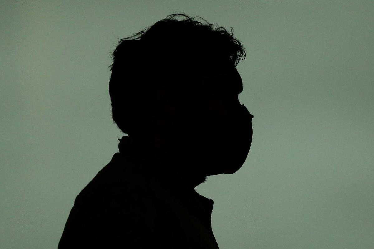 Una persona, con mascarilla en el aeropuerto de El Prat, este lunes.