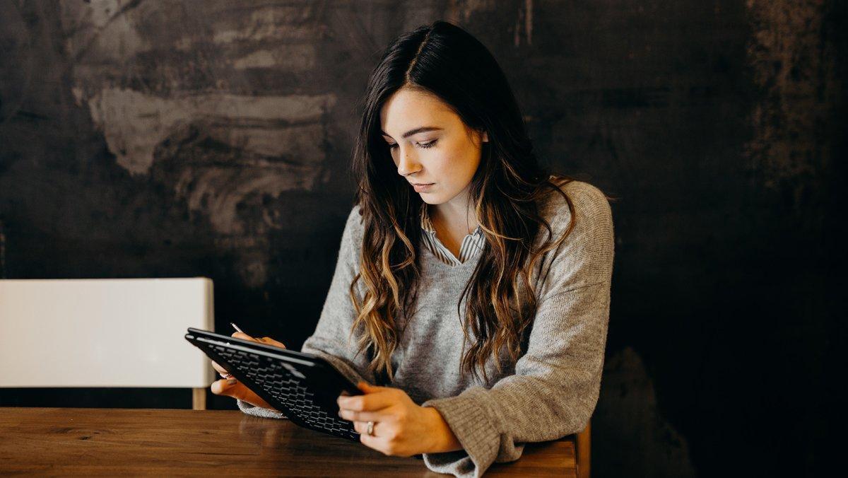 Una joven consulta su tableta.
