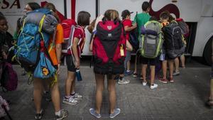 Un grupo de niños al ir de colonias.