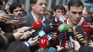 GRA204. A CORUÑA, 10/03/2016.- El secretario general del PSOE, Pedro Sánchez (d), acompañado por el secretario general del PSdeG, José Ramón Gómez Besteiro (i), durante la visita realizada hoy a la ciudad de A Coruña, donde se reunirá con militantes. EFE/Cabalar