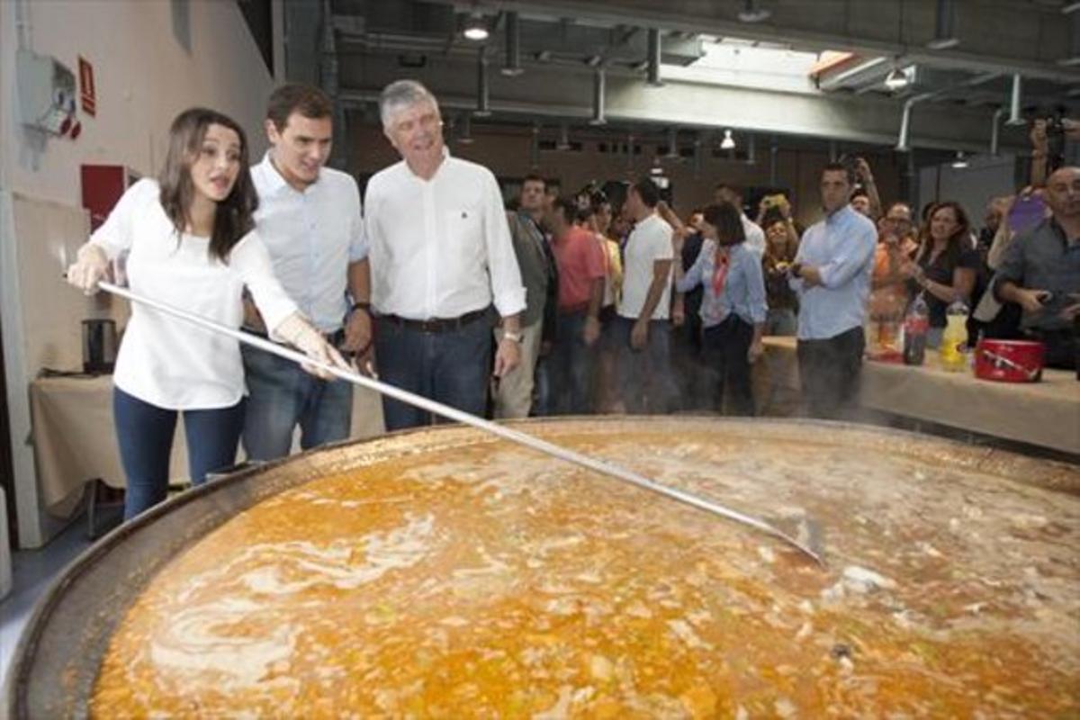 Arrimadas, Rivera y Alonso 8 Peleándose con el arroz, en Tarragona.
