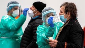 Varias personas se someten a una prueba con antígenos en Sa Pobla (Mallorca).