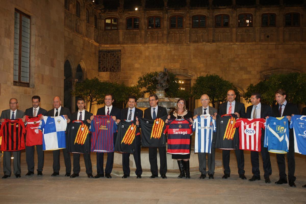 Foto de familia de los presidentes de los clubes de fútbol que firmaron el convenio de apoyo a las selecciones catalanas, el lunes en el Palau, con Artur Mas.