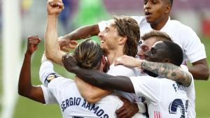 Los jugadores del Madrid celebran el tercer gol en el Clásico.