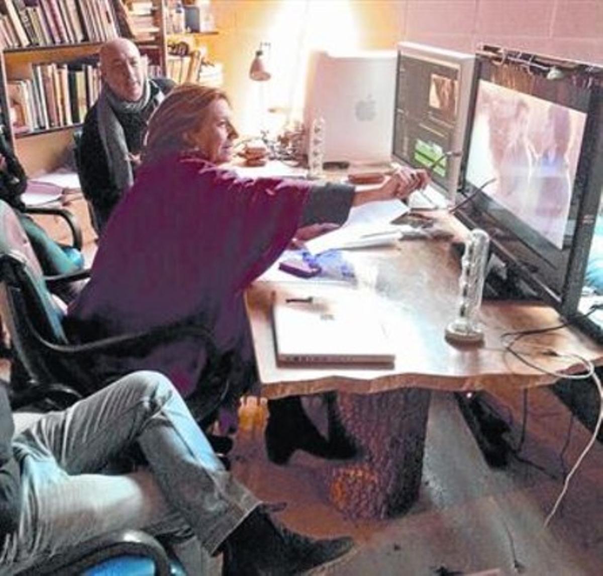 Isona Passola, centro, montando 'L'Endemà' financiada con Verkami.