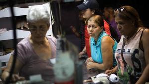Compras en un mercado de abastos en Caracas.