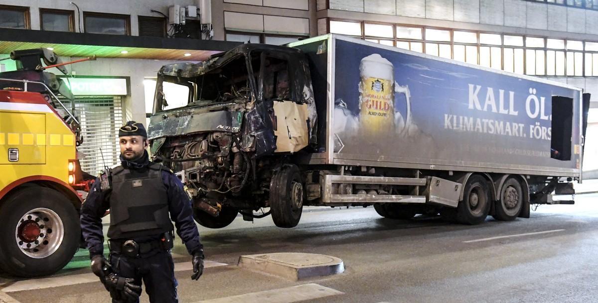 La policía retira el camión con el que un terrorista perpetró un atentado en el centro de Estocolmo.