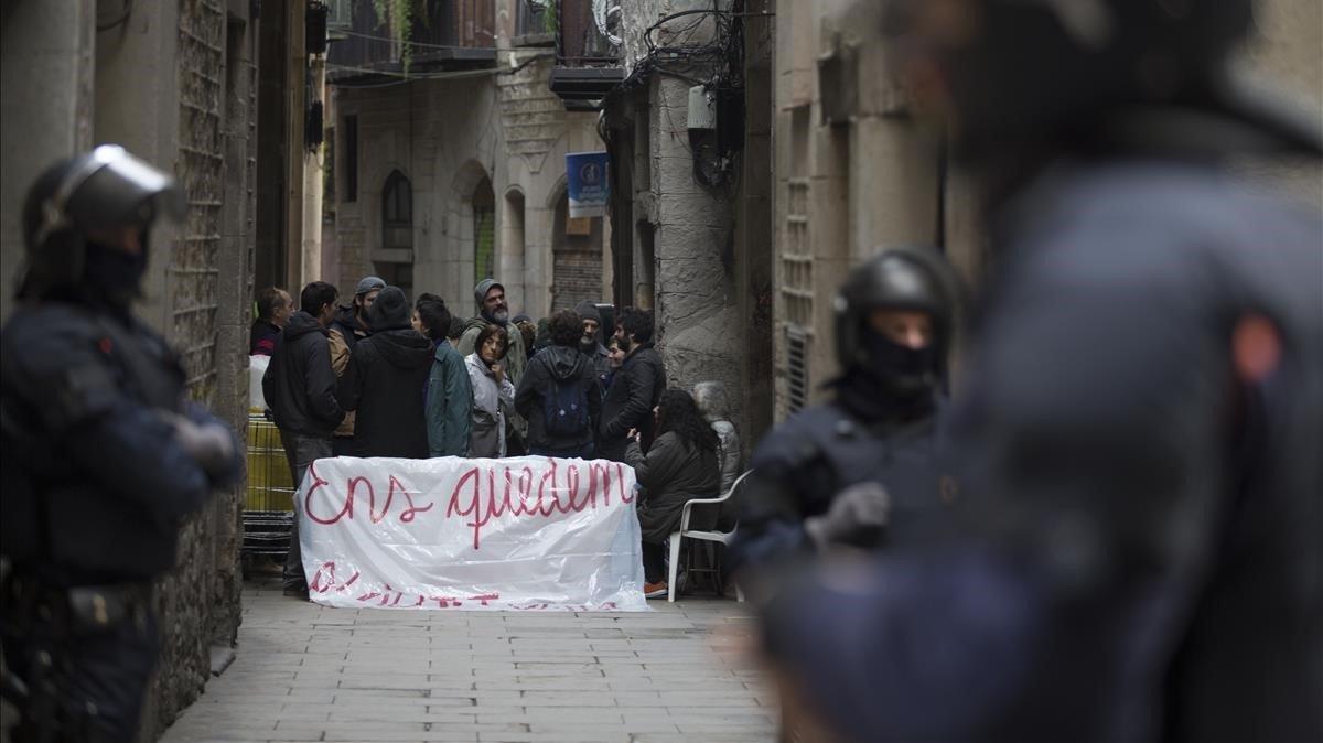 La presión vecinal consigue evitar un desahucio en la calle Correu Vell (Gòtic), el pasado octubre.
