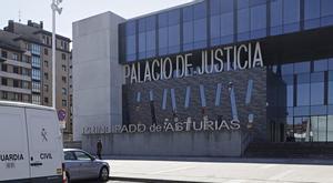 La acosadora del gimnasio acepta tres meses de prisión y dos años de alejamiento del monitor al que hostigó.