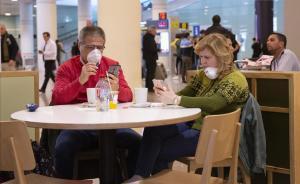 Dos personas con mascarilla protectora en el Aeropuerto de El Prat.