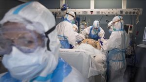 Equipo de sanitarios en la uci del Hospital del Mar de Barcelona.