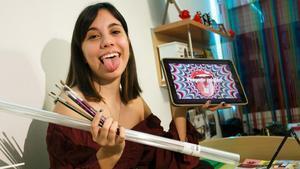 Luana Raffio, estudiante de primer curso de Diseño en la UB, con una de las creaciones que ha tenido que realizar.