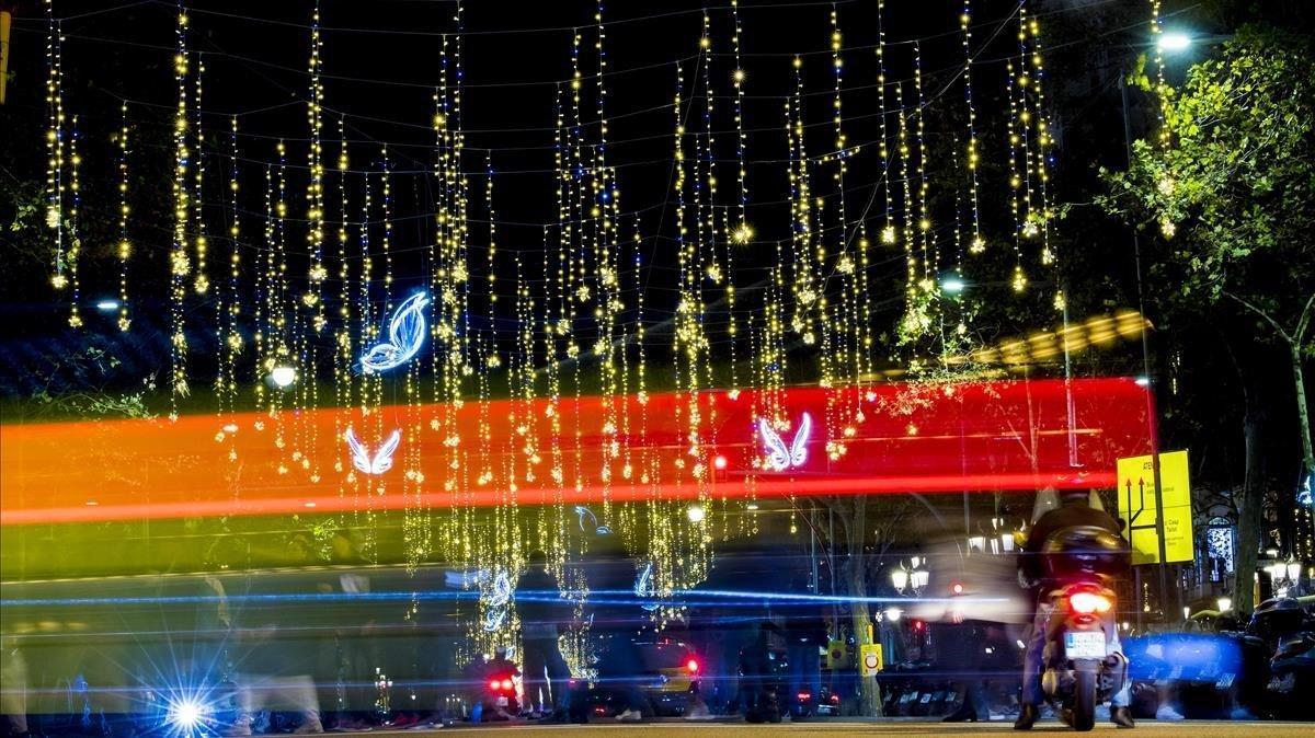 Luces de Navidad en el paseo de Gràcia de Barcelona.