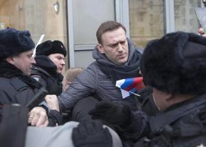 El opositor Alekséi Navalny, en el momento de ser detenido por policías, en Moscú.