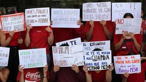 Alumnos del Conservatori Professional de Dansa protestan con una acción en el atrio del Institut del Teatre.