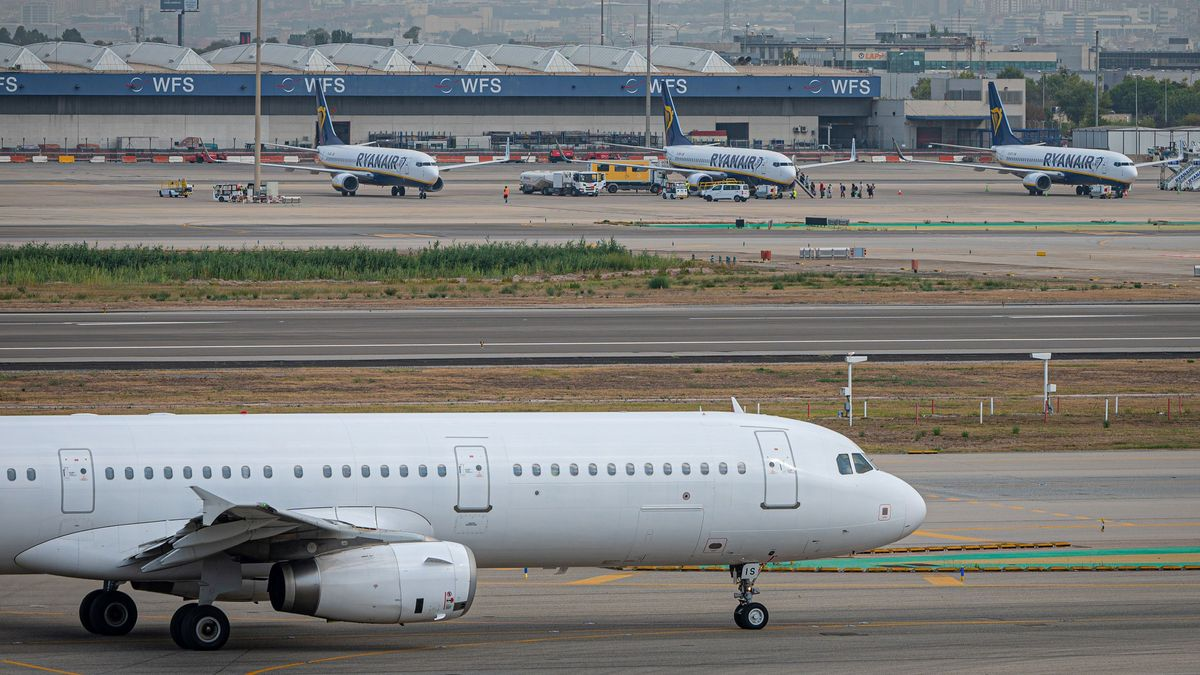 Varios aviones estacionados en el aeropuerto de Barcelona.