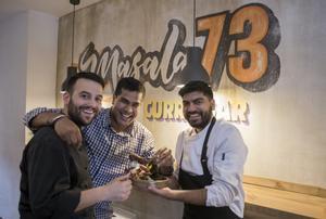 El chef Ivan Surinder (Tandoor), entre sus colegas Jordi Aros y Kuldeep Singh (ambos, de Masala 73).