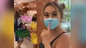 La broma de dos youtubers que burlaron las medidas sanitarias en Bali pintándose una mascarilla en la cara.