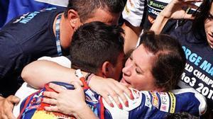 Ángel Martín y Susana Almoguera se abrazan a su hijo Jorge y lloran de felicidad en el 'corralito' de Sepang.