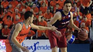 Satoransky conduce el balón ante Llorca en el Polideportivo Fernando Martín.