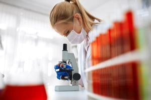 Científica en un laboratorio