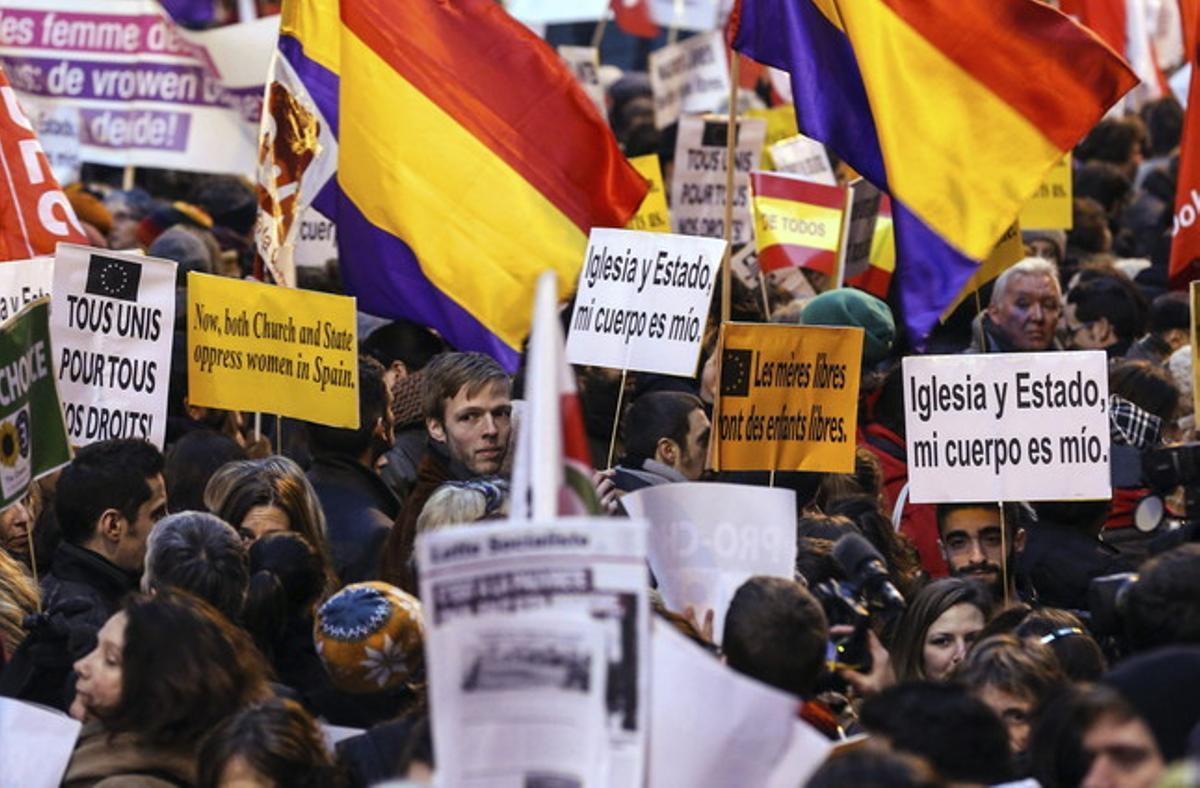 Manifestantes muestran pancartas durante la protesta convocada frente a la embajada española contra la ley del aborto española, en Bruselas, este miércoles.