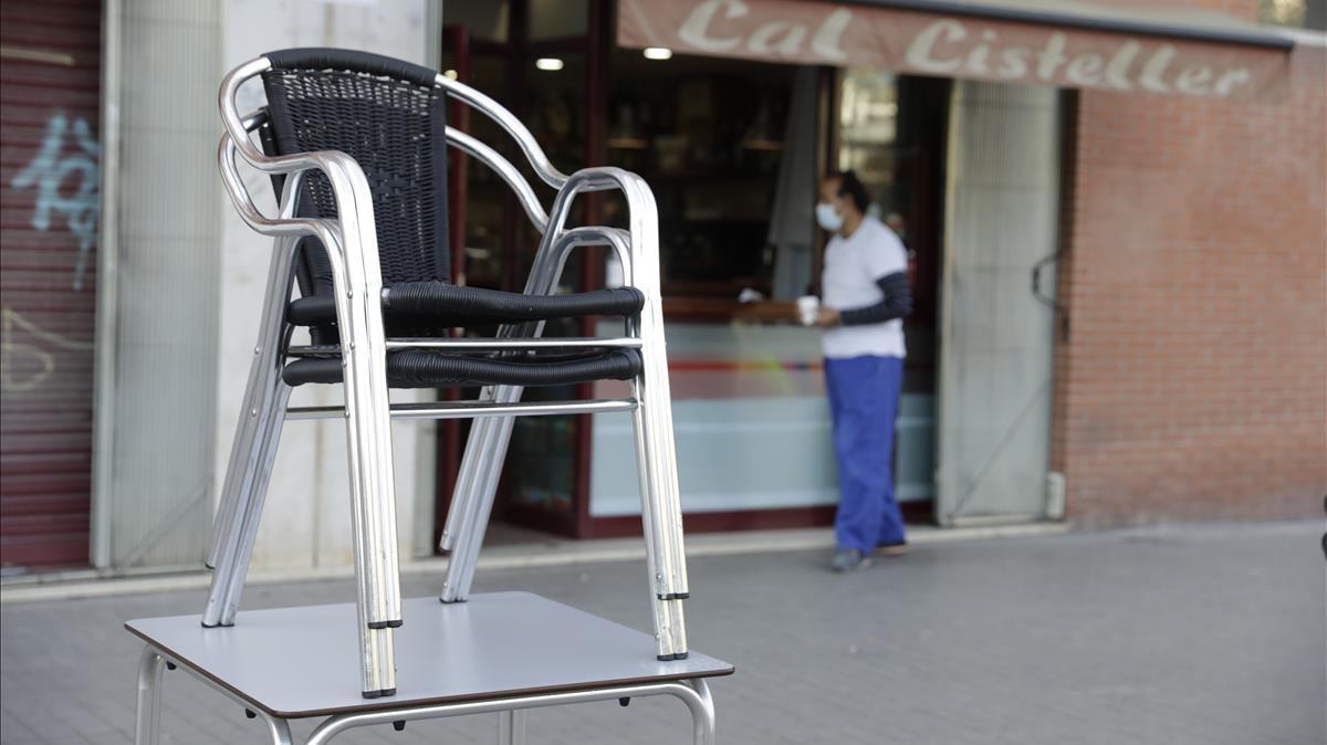 Una terraza del Poblenou tras el anuncio de nuevas restricciones en los horarios de bares y restaurantes en Catalunya.