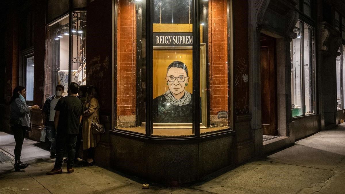 Retrato de la magistrada Ruth Bader Ginsburg en un escaparate de Nueva York.