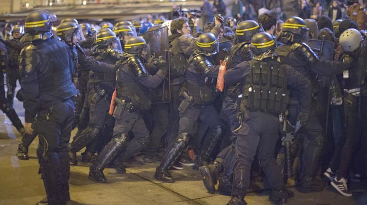 Unos 300 antifascistas se enfrentan a la policía en varios puntos de la capital.