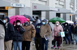 Cientos de personas hacen cola en el Estadio de los Yankees para vacunarse.