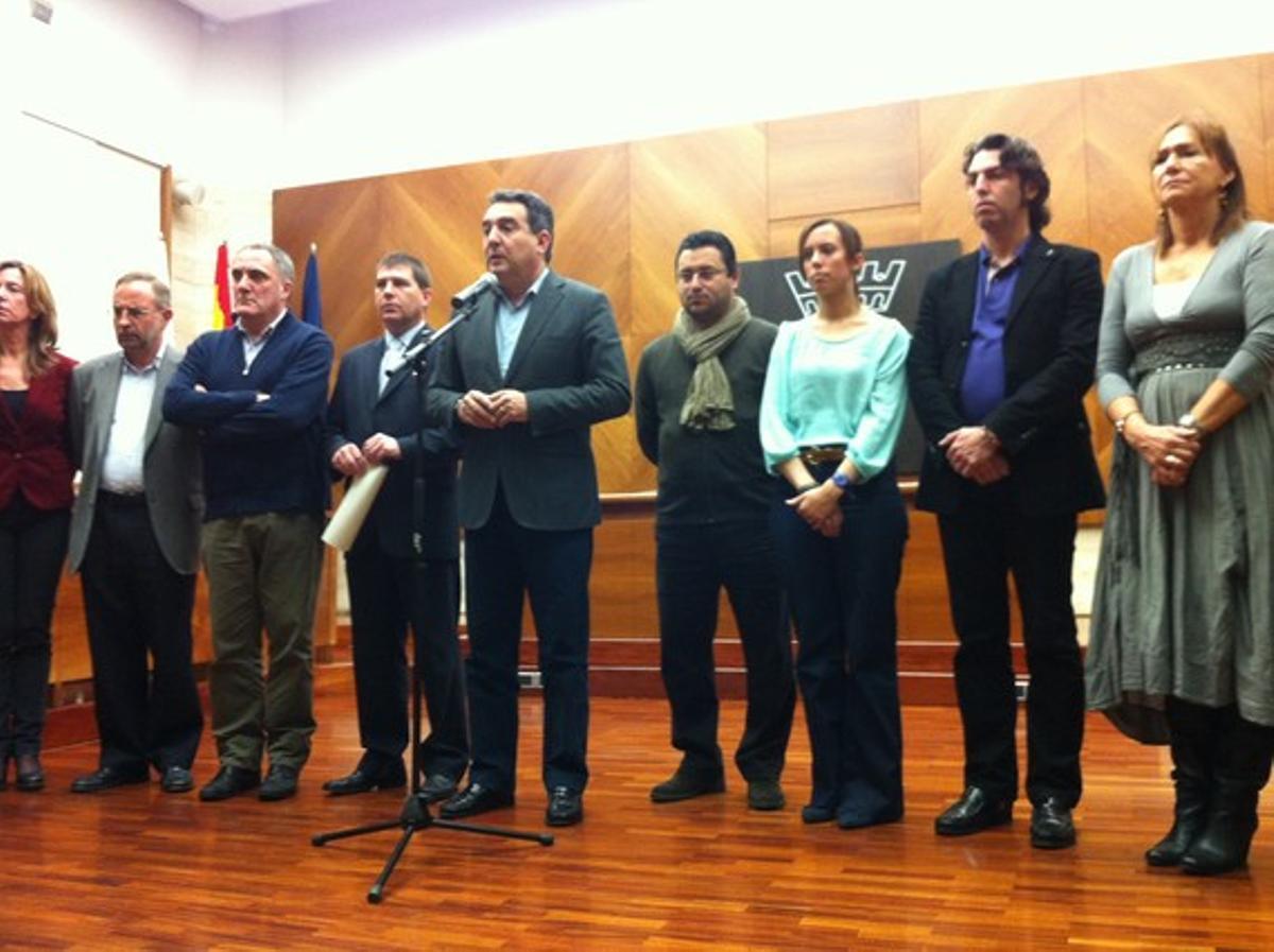 Manuel Bustos, arropado por su equipo municipal, en su comparecencia.