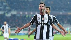 Miralem Pjanic celebra un gol marcado con la Juventus en el derbi ante el Torino.