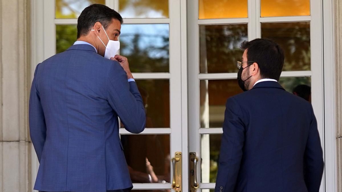 El presidente del Gobierno, Pedro Sánchez, recibe al 'president' de la Generalitat, Pere Aragonès, en el palacio de la Moncloa.