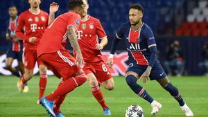 Neymar encara a Alaba, en presencia de Kimmich, en el PSG-Bayern de cuartos de final.