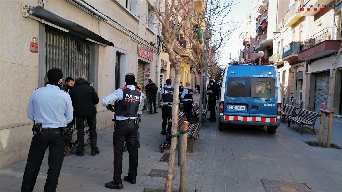 Intervención de los Mossos d'Esquadra en una fiesta ilegal en L'Hospitalet de Llobregat.