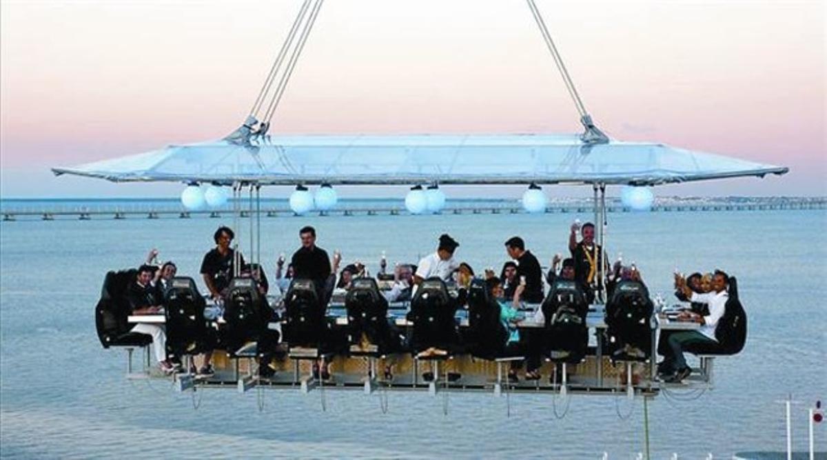 Imagen de una cena voladora celebrada en Lisboa.